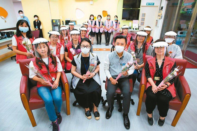 在護理師節前夕,市長林智堅(前排右二)前往東區衛生所訪視,感謝第一線防疫英雄。 圖/新竹市政府提供