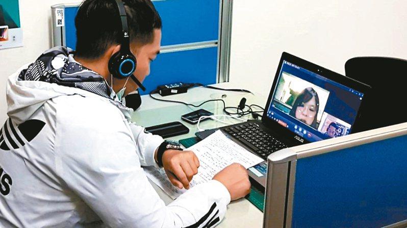 台中市府開辦視訊徵才服務,讓求職者在公部門與企業對話視訊徵才。 圖/中市勞工局提供