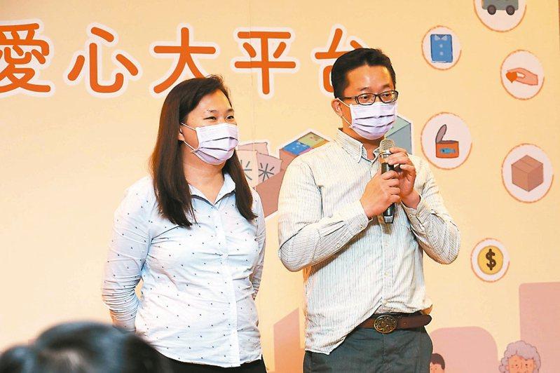 「類家庭」照顧者樊宗興(右)、李苑詩(左)夫妻照顧失依的孩子。 圖/新北社會局提供