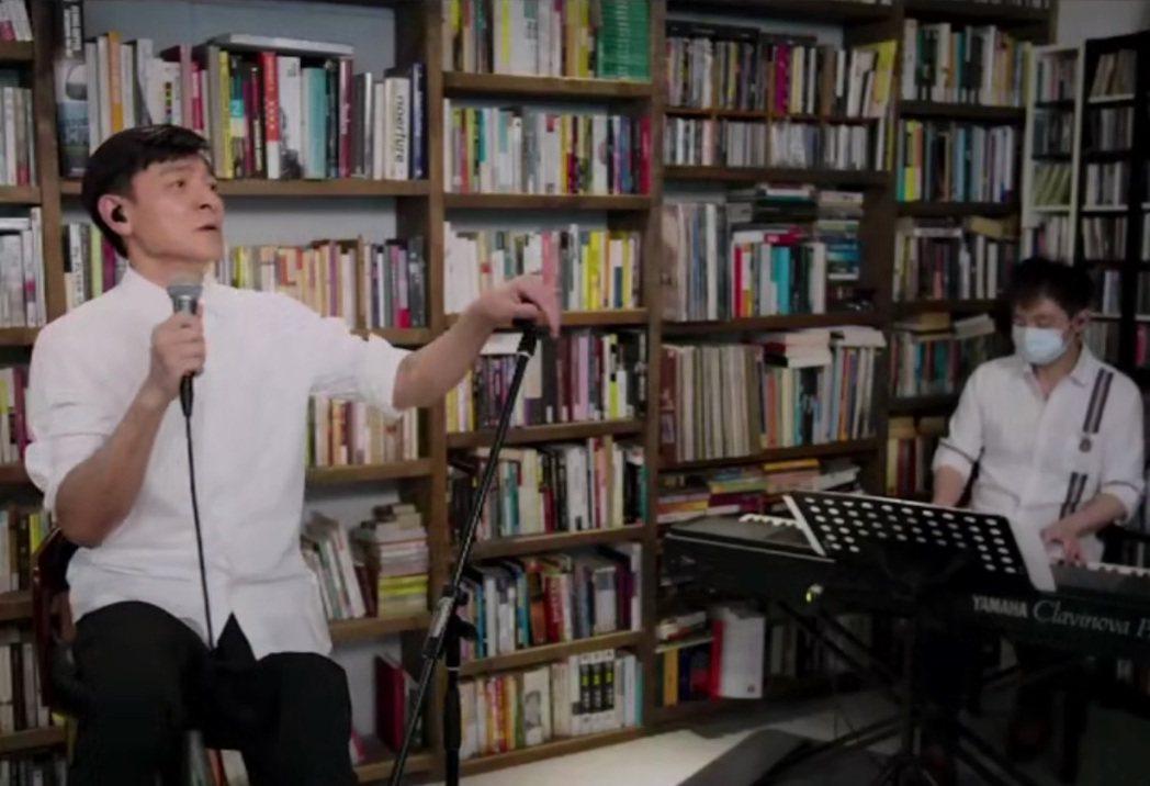劉德華(左)邀請1位樂手合作,歌聲讓不少粉絲動容。圖/摘自微博
