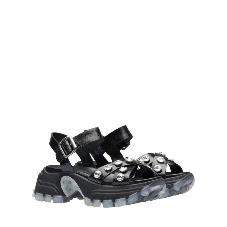 水晶寶石裝飾皮革涼鞋,33,500 元。圖/MIU MIU提供