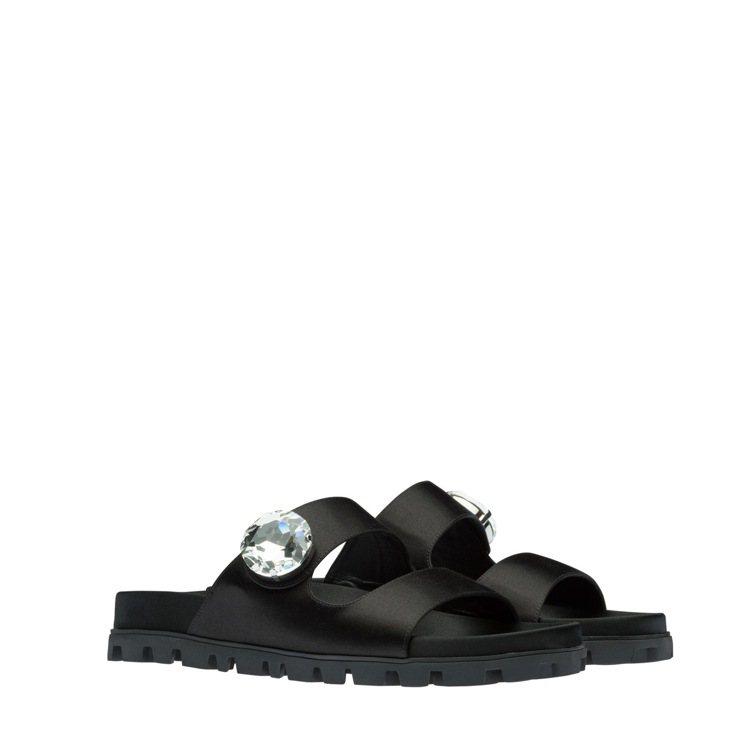 水晶寶石裝飾綢緞涼鞋,22,000元。圖/MIU MIU提供