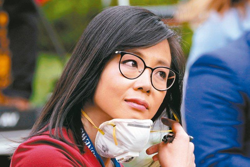 美國總統川普11日在白宮玫瑰花園舉行記者會,華裔美籍記者江維佳(見圖)在記者會上向川普提問,把川普惹火了。有網友起底那名激怒川普的CBS女記者,自小兩歲便移民美國,如今早是美國人的她,問到防疫不力問題竟被嗆「去問中國」。 路透