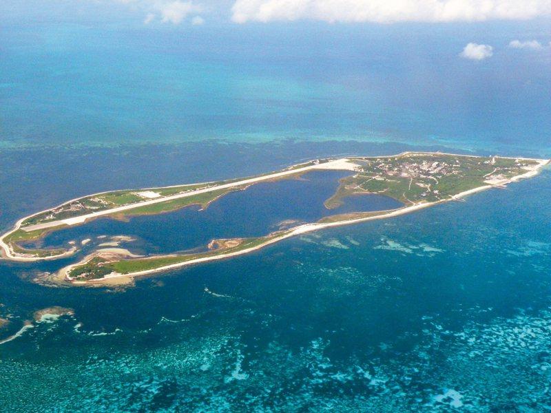 東沙群島位於海南島經巴士海峽前往太平洋的路線上,對解放軍進入太平洋而言,戰略地位重要。圖為空中鳥瞰東沙島。 圖/聯合報系資料照片