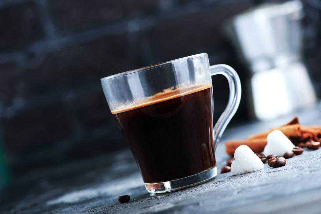 球類運動員在運動前攝取黑咖啡,有助於改善間歇衝刺表現與無氧性爆發耐力。 圖/in...