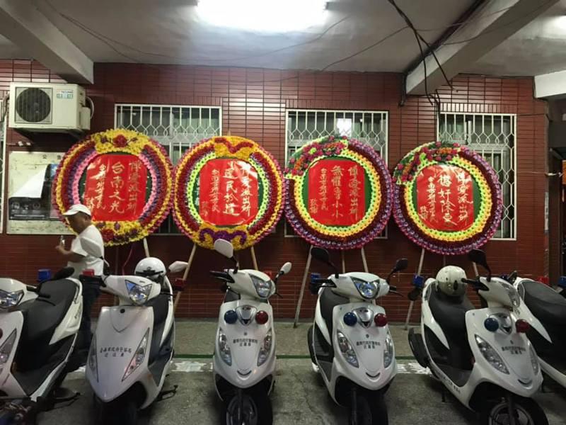 蘇姓婦人遭到強制執行,有民眾致贈警方「懲奸除惡」等花圈道謝。 圖擷自台南爆料公社