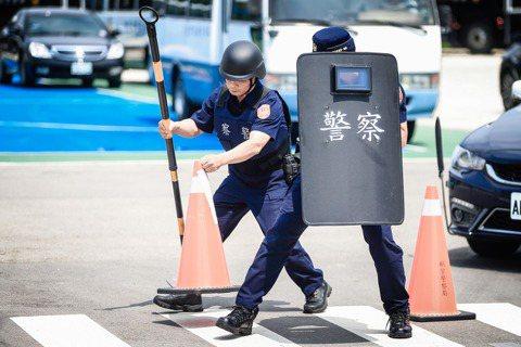 違法踹頭獲表揚,依法調查被懲處?被體系踐踏的「警察形象」