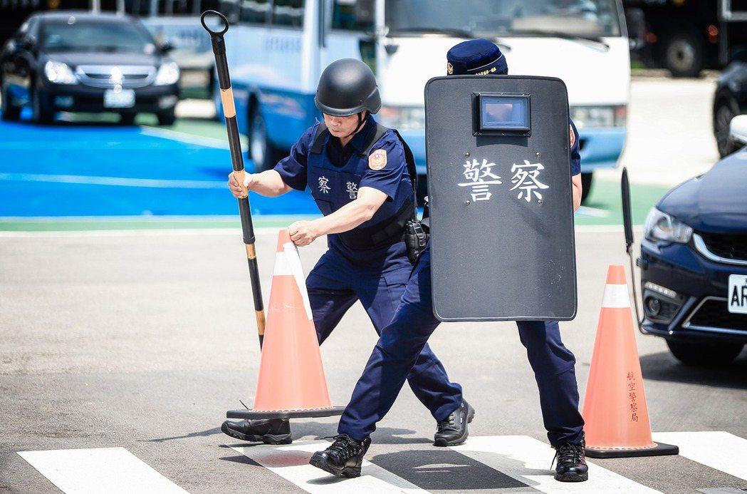 《警察人員人事條例》第7條的警察官誓詞,彰顯的正是法治國家警察依法執法的形象。示意圖。 圖/取自NPA署長室