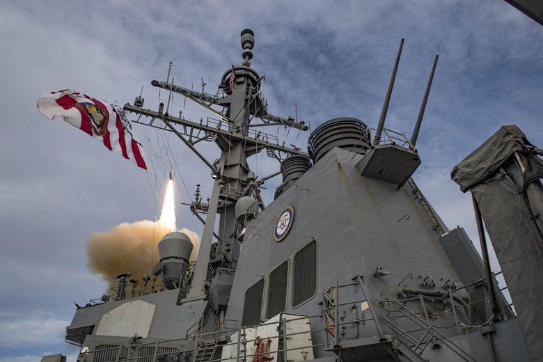 於實彈演習中發射標準飛彈的美國海軍卡尼號航艦。 圖/美國海軍官網
