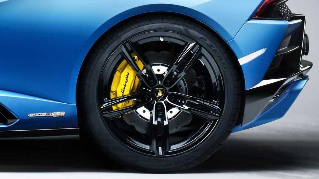 Huracan Evo RWD Spyder標配19吋輪圈和P Zero跑胎。 ...