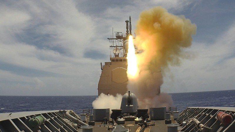 演習中發射標準2型防空飛彈的美國夏洛號巡洋艦。 圖/美國海軍官網