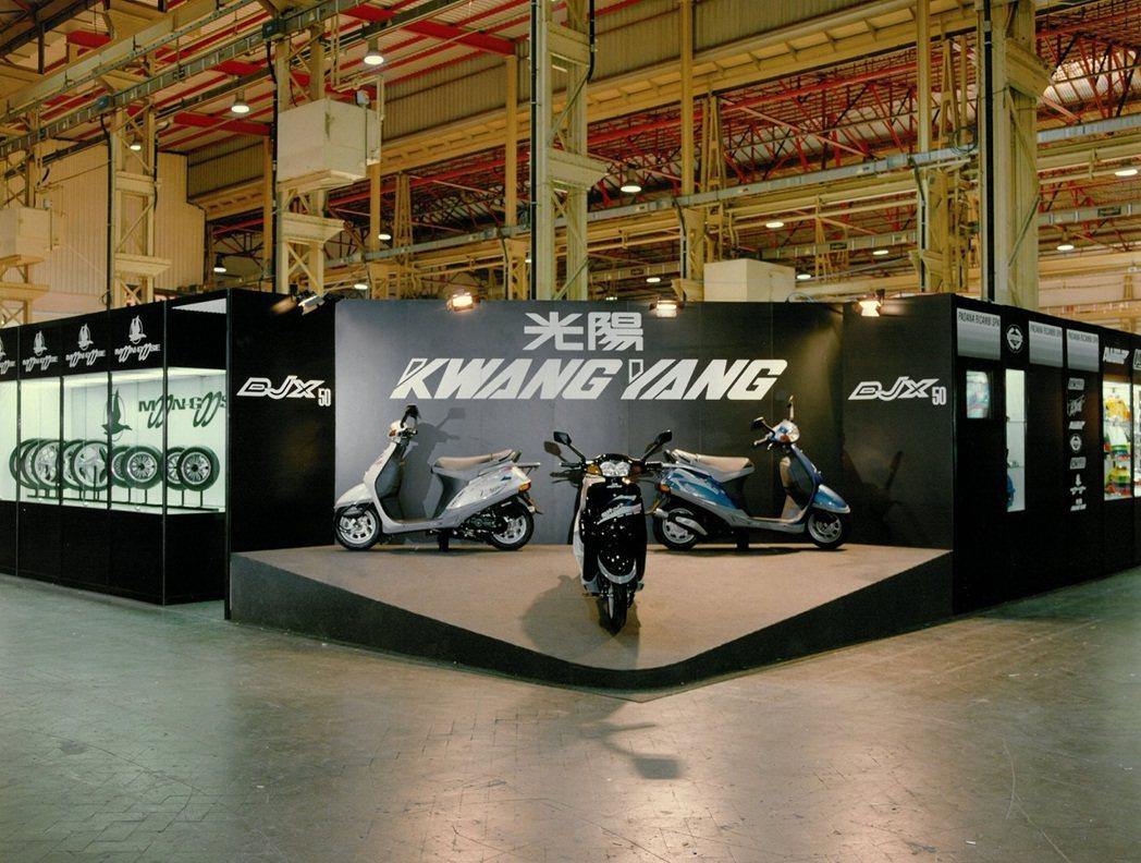 1991年KYMCO代理商首度參加米蘭車展。當時在國外車展攤位上還出現中文商標光...