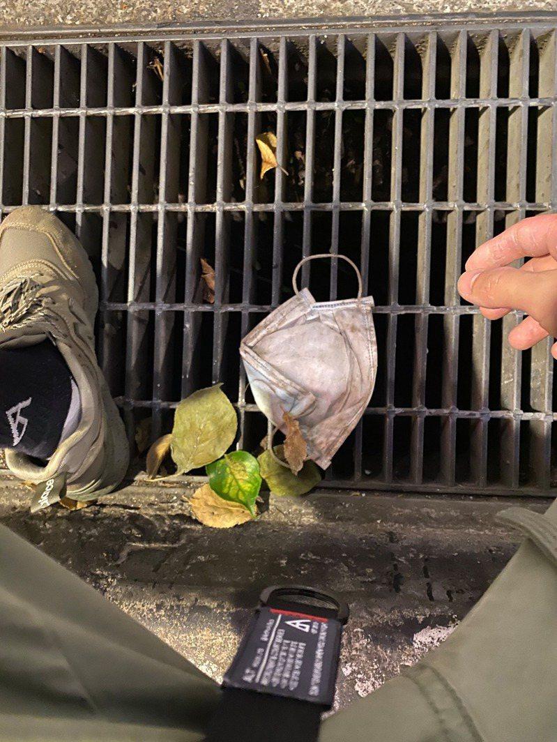一名網友PO文提到,自己在路上撿到許多被人丟棄的口罩,讓他傻眼直呼「好好丟垃圾桶很難嗎?」圖擷自爆廢公社