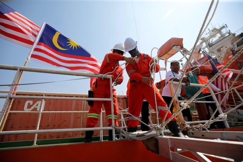 如何減緩難民人數是國際議題。圖為從馬來西亞出發到緬甸仰光的物資船,攝於2017年。 圖/路透社