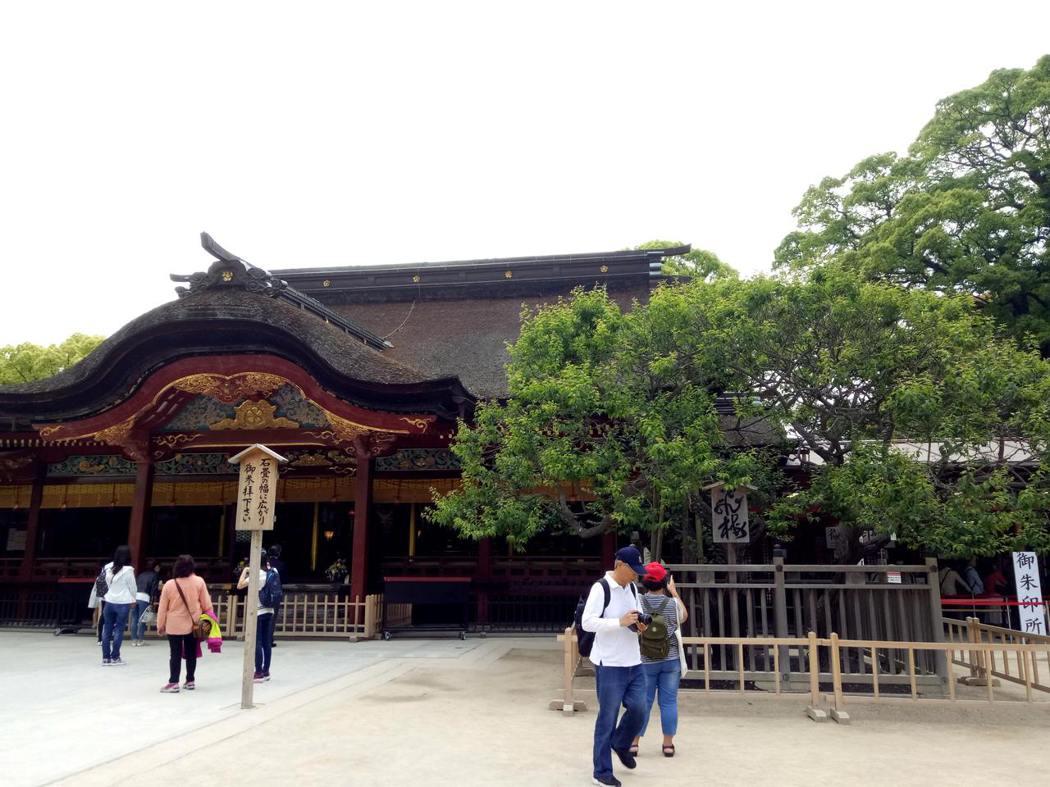 太宰府祀吸引許多人到此祈求考運亨通,圖為主殿,右為「飛梅」。