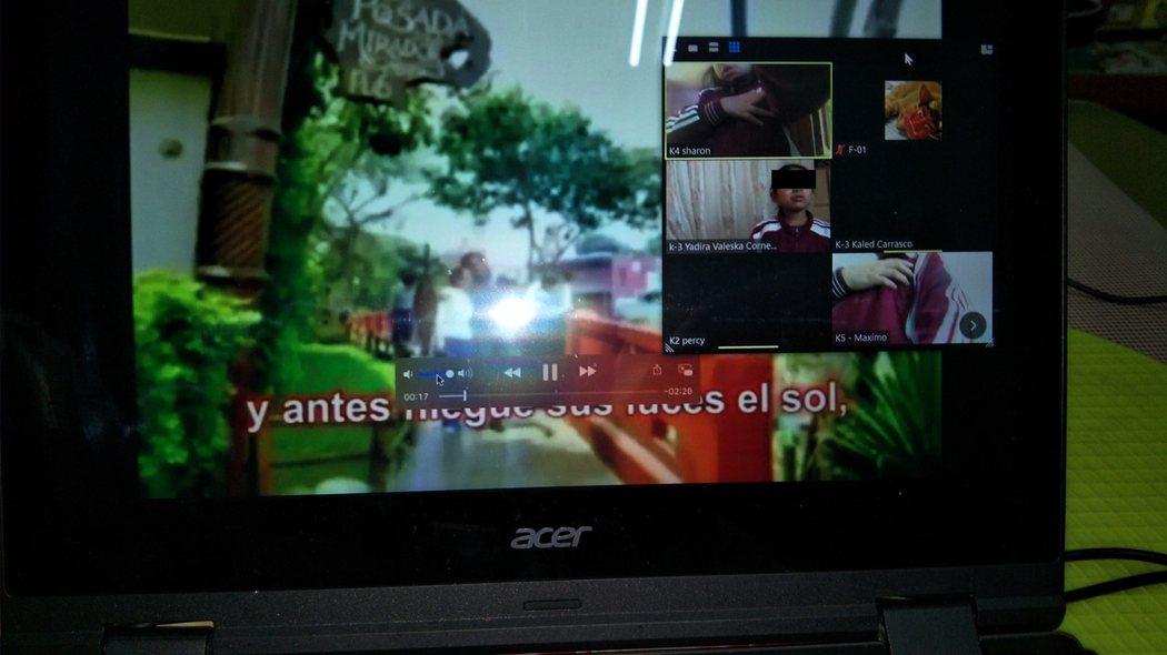 秘魯華文雙語學校的週一行事-唱國歌
