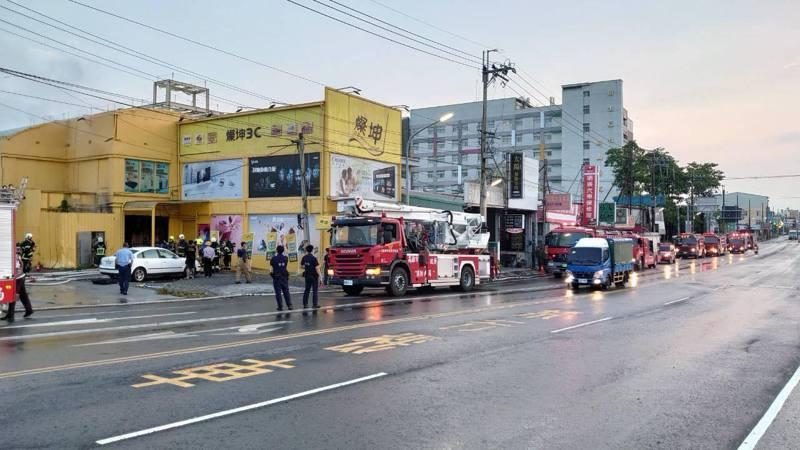 火警發生時大雨已停,地面仍濕,起火點距離旗山醫院(右側白色建築物)不遠,大批警義消投入救援。記者徐白櫻/翻攝