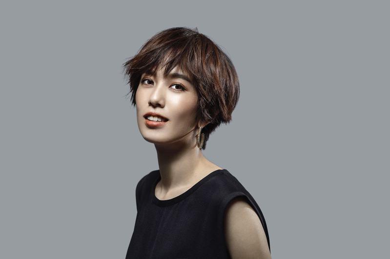 女星陳庭妮身穿旅法設計師Peter Wu春夏男裝,代言台北電影節。圖/Peter Wu提供