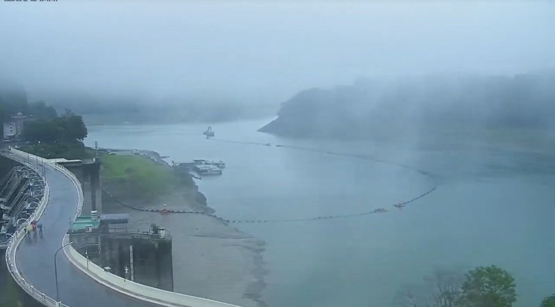 石門水庫今天上午明顯降雨。圖/石門水庫監視即時畫面