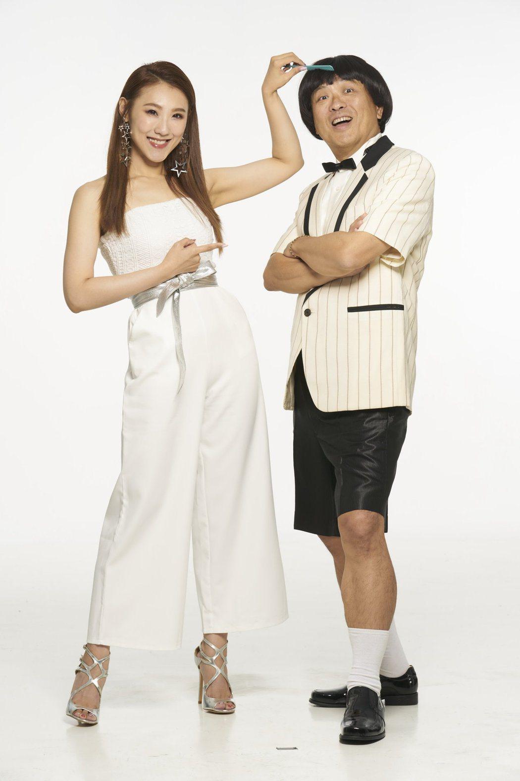 謝金晶(左)替哥哥謝順福梳頭,有感而發表示像圓了1個遺憾。圖/豪記唱片提供