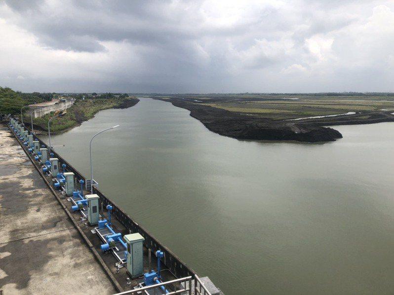 高屏溪上游降雨量不小,高屏攔河堰水位已有回升。圖/南區水資源局提供