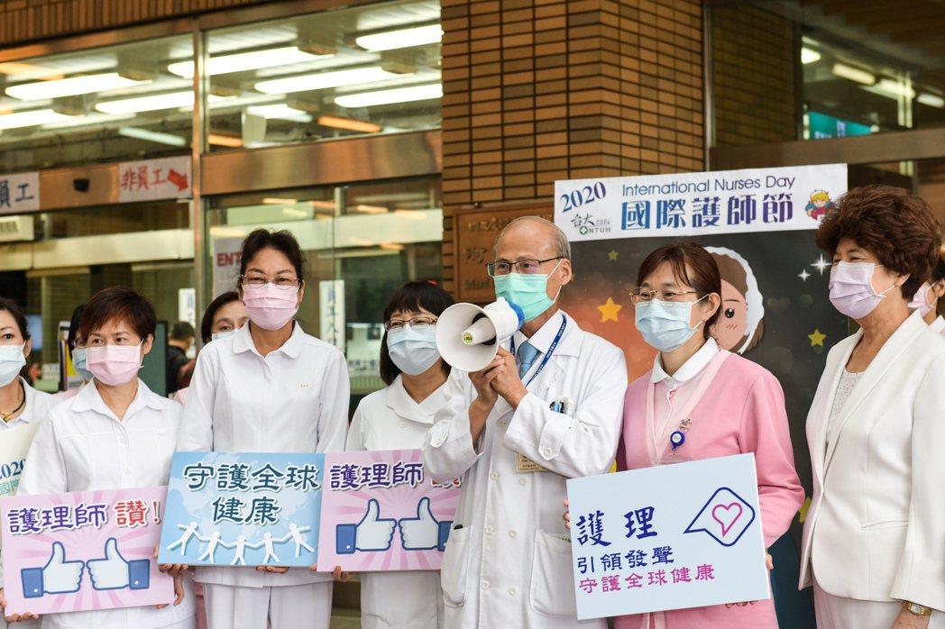 台大醫院為感謝護理人員,院長陳石池今早親自在醫院大門外,拿著大聲公致詞感謝護理師...