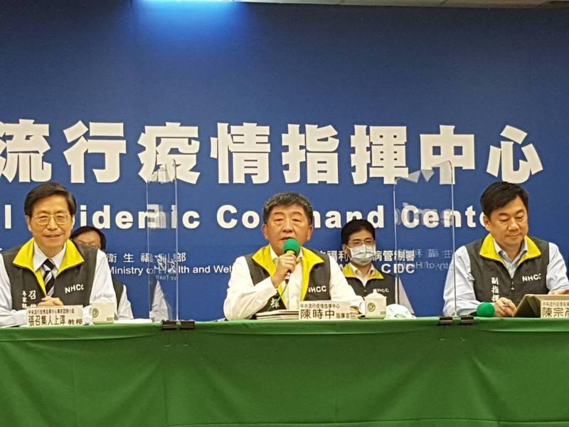 中央疫情指揮中心指揮官陳時中(中)今天表示,針對某消毒藥水爭議表示,相關問題「今天之後不再回應」。圖/記者楊雅棠攝影