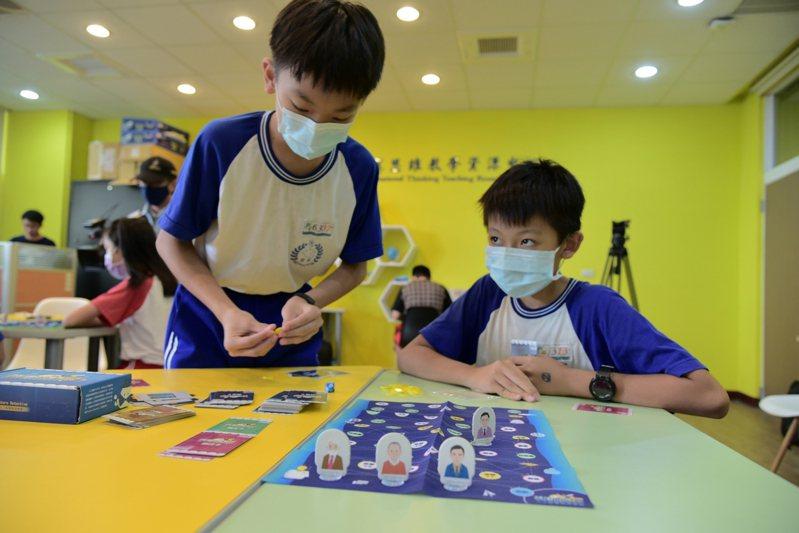 「特徵小偵探-人工智慧概念桌遊」讓學童能從小就能學習人工智慧概念。圖/屏東大學提供