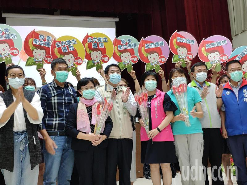 今天是512國際護師節,台南市各界今共同捐贈5120株火鶴花,致贈給護理人員,感謝投入防疫。記者謝進盛/攝影