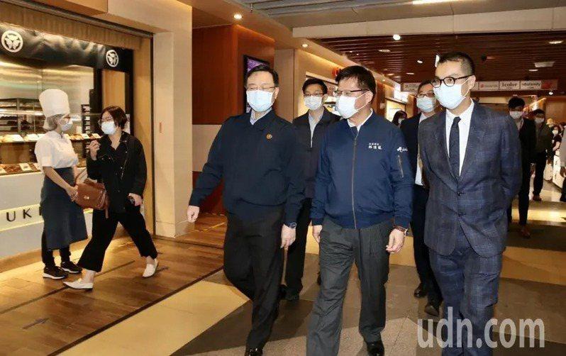 交通部長林佳龍上午赴台鐵南港車站聽取簡報,視察商場紓困情形,與商家及消費民眾打氣。記者林俊良/攝影