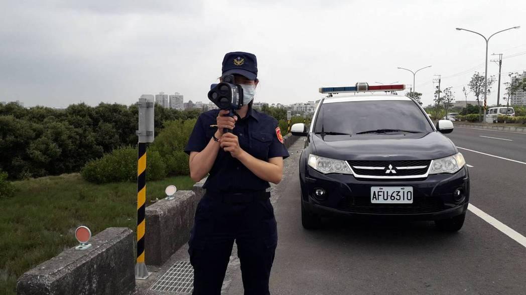 台南市南區手持測得超速告發的第1名是濱南路,警方請駕駛人減速慢行。記者黃宣翰/翻...