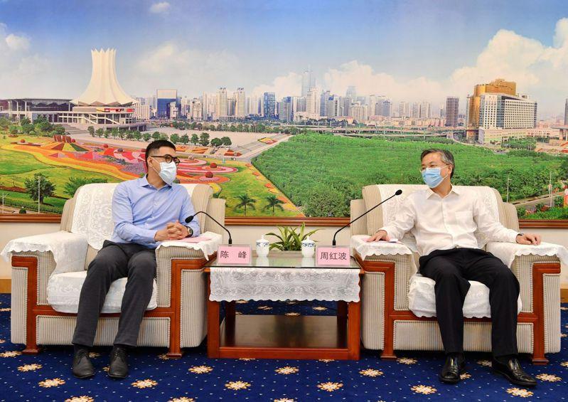 南寧市長周紅波(右)在市政府會見富邦華一銀行行長陳峰(左)。圖/南寧日報