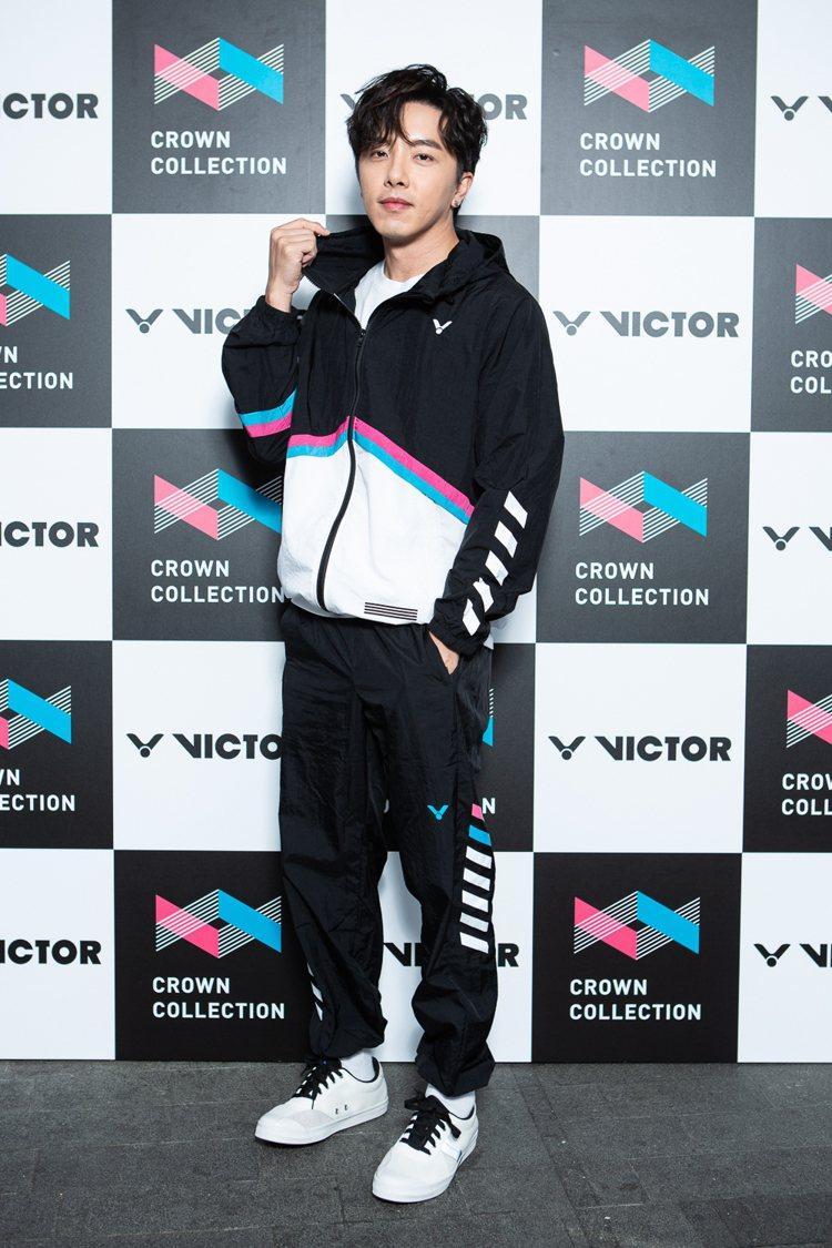 坤達身穿Victor Crown Collction系列新裝,現身品牌期間快閃概...