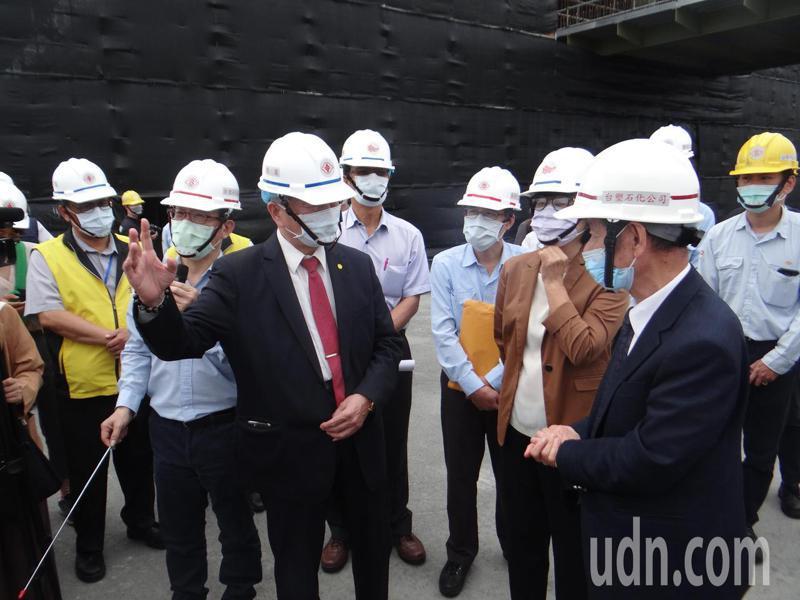 經濟長沈榮津(左三)在台塑石化董座陳寶郎(右一)陪同下,踏勘六輕海水淡化廠的施工進度,並對台塑配合水資源政策表示肯定。記者蔡維斌/攝影