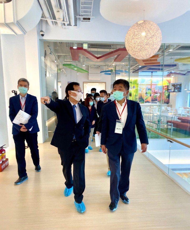 行政院副院長陳其邁,以及中央流行疫情指揮中心指揮官陳時中,率台灣防疫專家前往高端疫苗視察。 圖/高端提供
