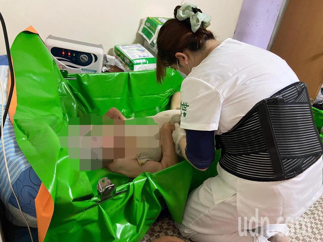 創世基金會斗六分院唯一的到宅護理師張喜婷,每天跟著服務員走進社區為個案原床泡澡,...
