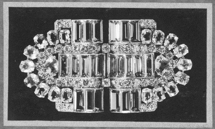 這件鑲嵌有海水藍寶與鑽石的胸針,是英女王18歲生日時,其父英王喬治六世贈予她的禮...