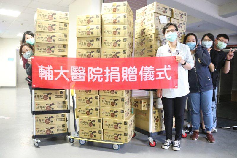 輔仁大學附設醫院今收到在地企業捐贈的57箱超火紅「張君雅小妹妹點心麵」,歡慶護士節。圖/輔大醫院提供
