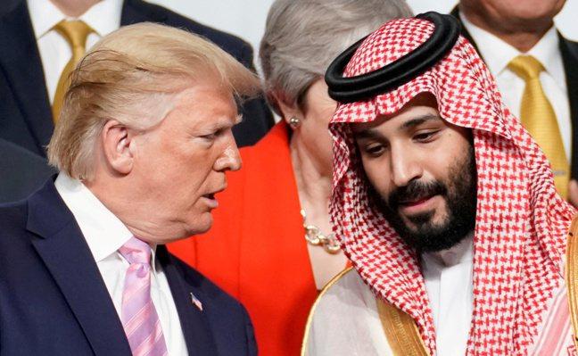 圖為川普與沙國王儲穆罕默德前年六月在大阪G20峰會上交談畫面。路透