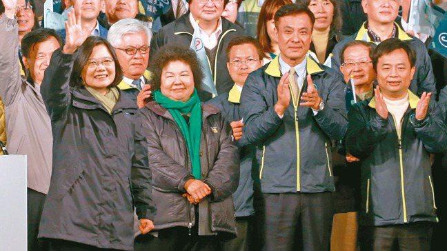 蔡英文總統連任下周三就職,人事改組陸續底定。前排左起為蔡總統、陳菊、蘇嘉全、林錫...
