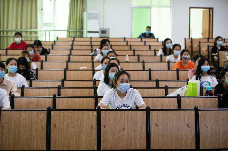 大陸教育部表示,今年大學畢業生八百七十四萬人,再創新高。圖為大學生復學上課情形。(新華社資料照片)