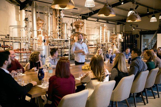 正在進行品飲介紹的海曼酒廠導覽人員。 圖/寫樂文化提供