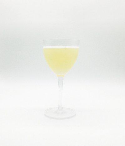 Bee's Knees「蜂之膝」是以琴酒、蜂蜜與檸檬汁、柳橙汁調製的經典調酒。 ...