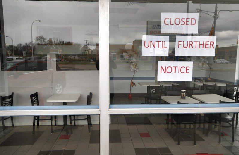 新冠疫情衝擊,大批商家停止營業,解散員工,造成失業大潮,需要政府補助。圖為芝加哥市關門的店鋪。(美聯社)