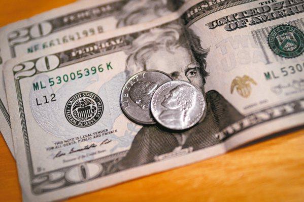 銀行表示,近來美元匯率處於相對低點,建議投資人可採分批結匯方式進場。 路透