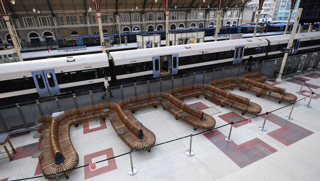 一名英國鐵路公司員工3月被一名自稱染有新冠肺炎的男子吐口水,4月初染疫身亡。圖為...
