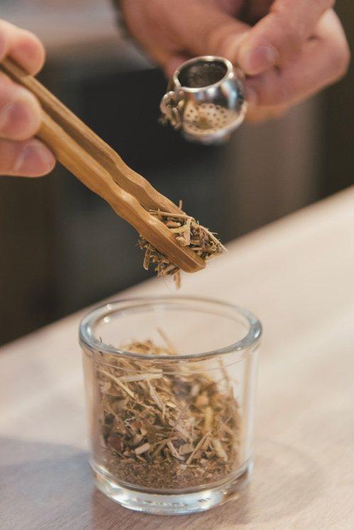 師傅配方好複方青草茶後,民眾可沖泡飲用,作為日常保健飲料。 圖/Liszt Ch...