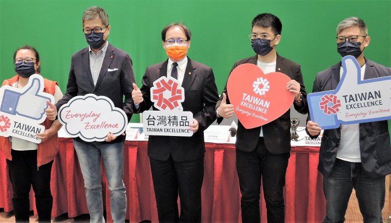 外貿協會副秘書長王熙蒙(中)與台灣精品五金手工具及叩件企業代表,出席記者會。...