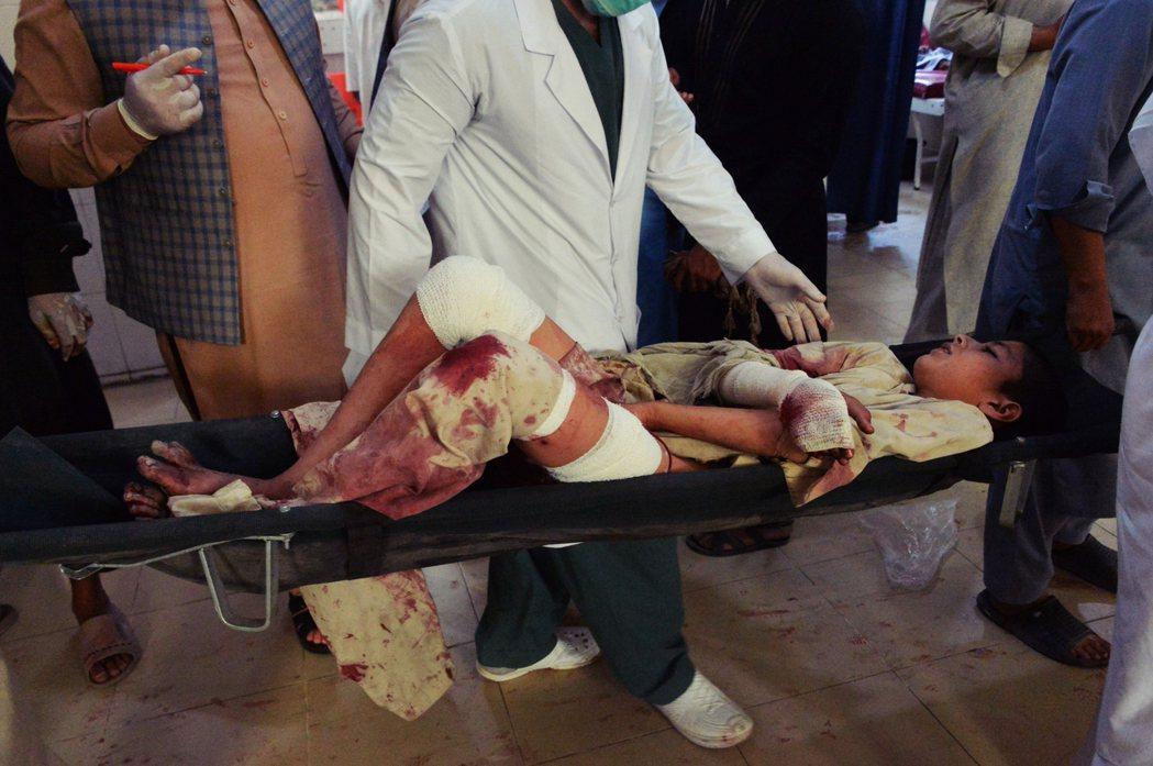 在巴基斯坦邊境的東部省份——楠格哈爾——一名親政府派軍閥周末的喪禮,遭到IS派出...