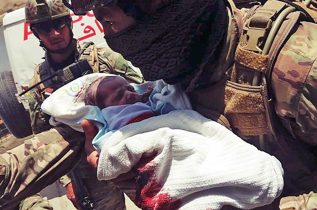 圖為自巴奇百床婦幼醫院救出的新生嬰兒。 圖/法新社